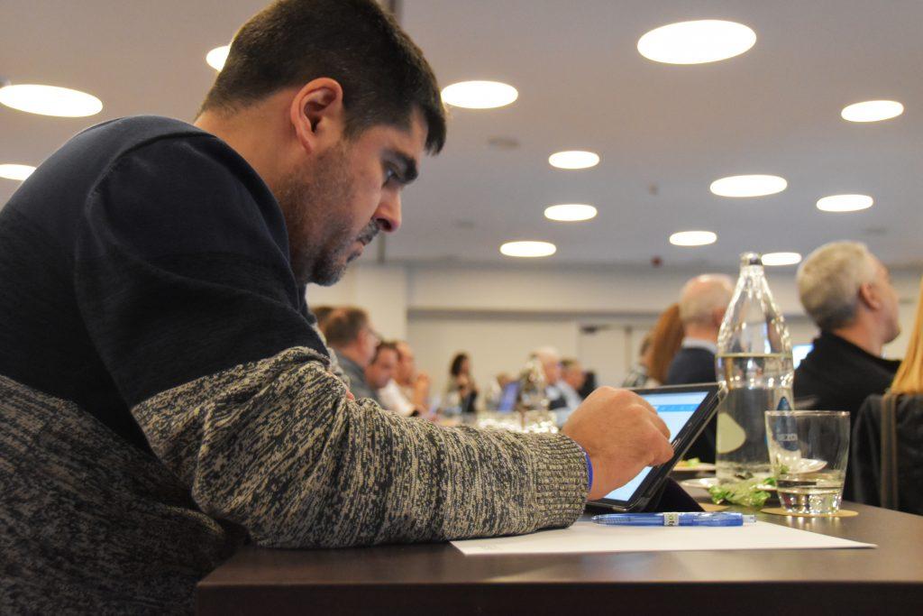 Uno de los socios consultando el portal en una Tablet.